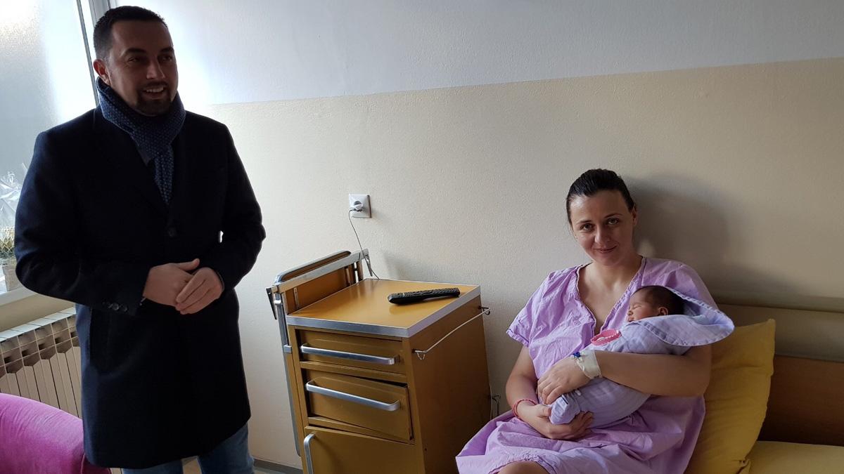 Градоначелник Јеринић дарује прворођену бебу.