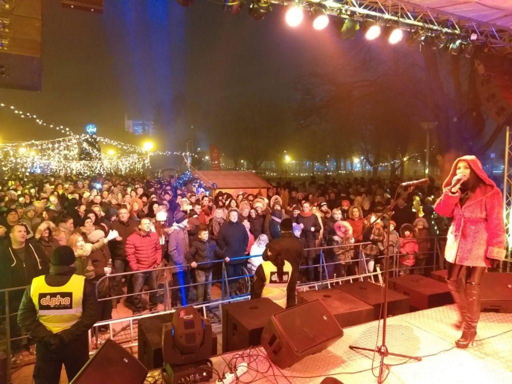 Okupljeni građani Doboja dočeukuju pravoslavnu Novu godinu.