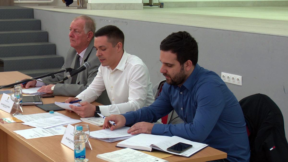 Sjednica Skupštine grada Doboja, predsjednik i podpredsjednici.