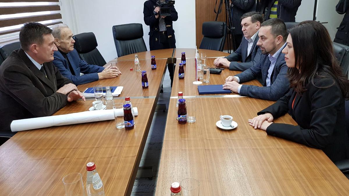 Gradonačelnik DobojaBoris Jerinić u razgovoru sa ministrom Vojinom Mitrovićem.
