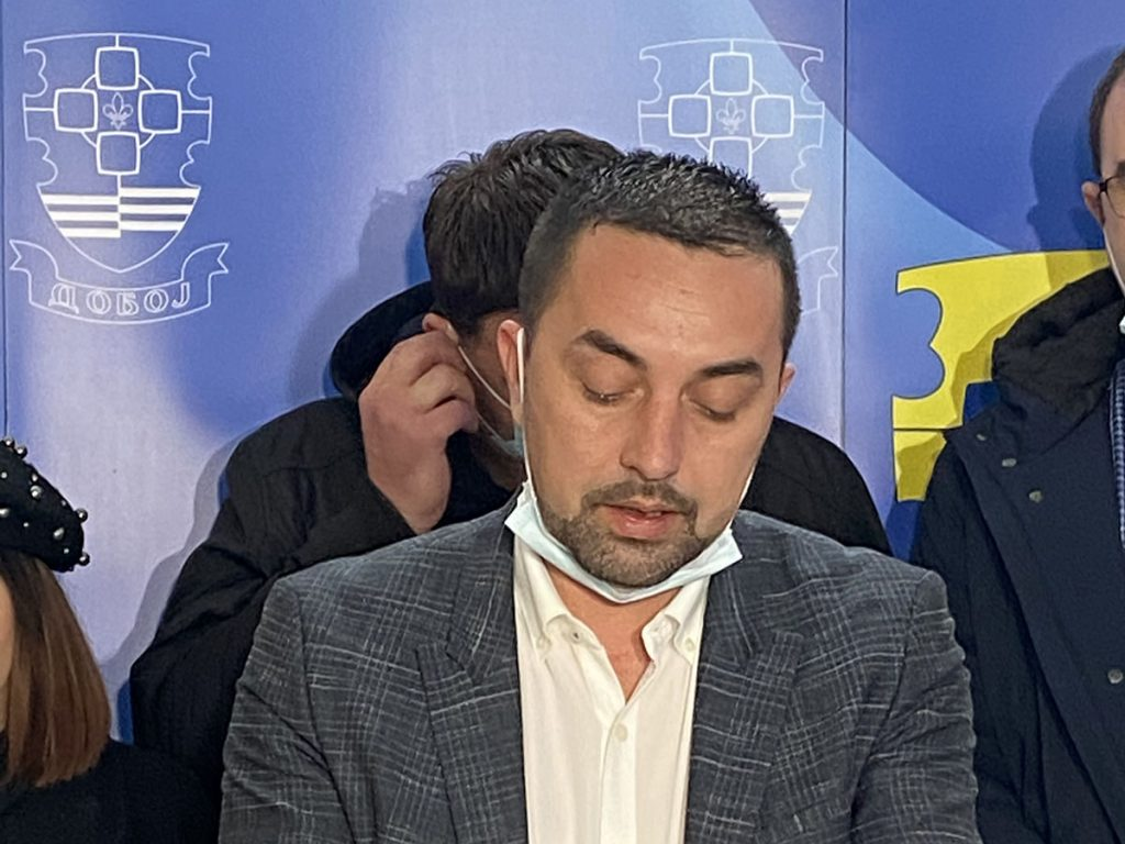 Gradonačelnik Doboja Boris Jerinić na pres konferenciji tokom vanrednog stanja.