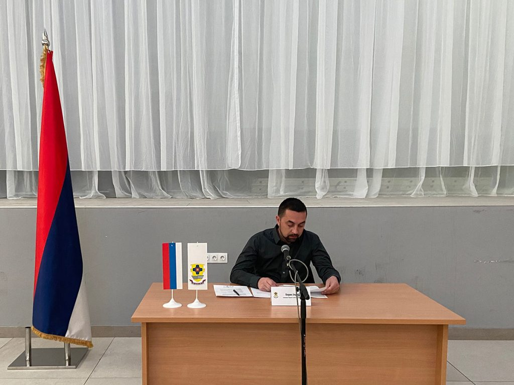 Gradonačelnik Doboj Boris Jerinić predsjedava sjednicom gradskog štaba za vanredne situacije.