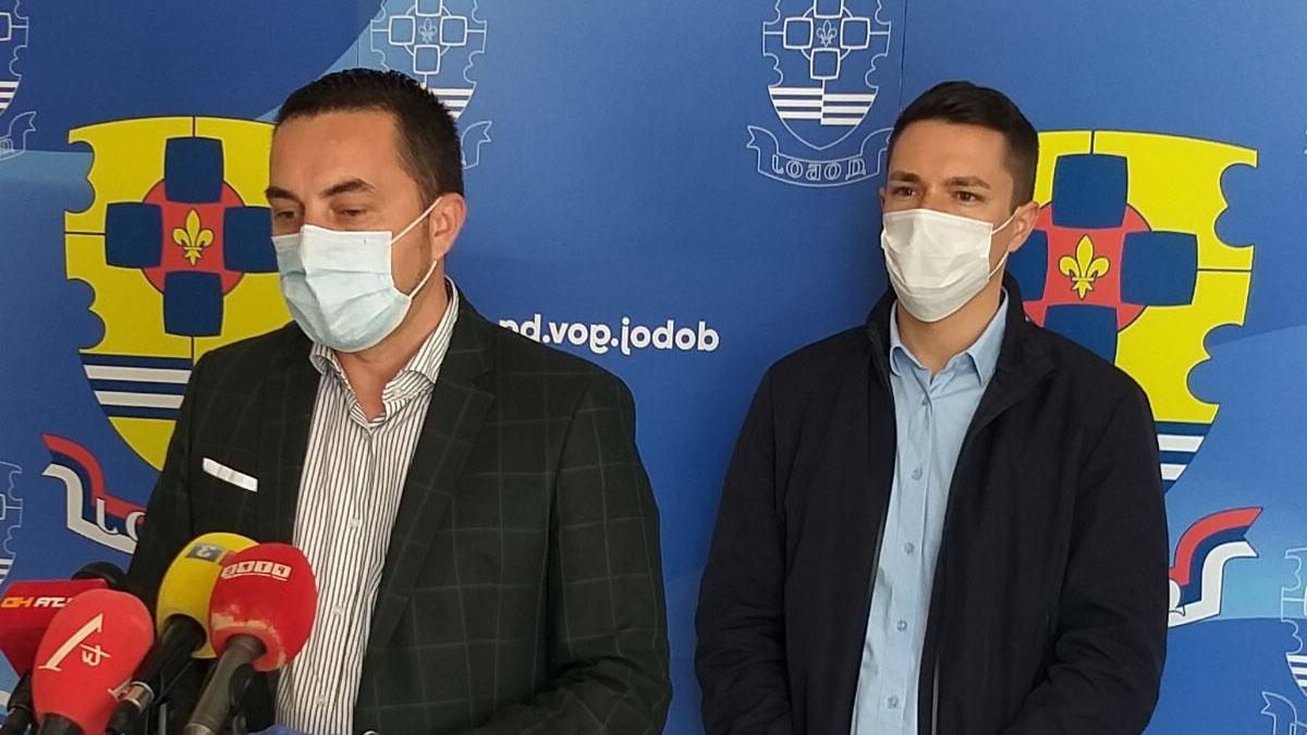Gradonačelnik Doboja Boris Jerinić i predsjednik Skupštine grada Miloš Bukejlović na konferenciji za novinare.