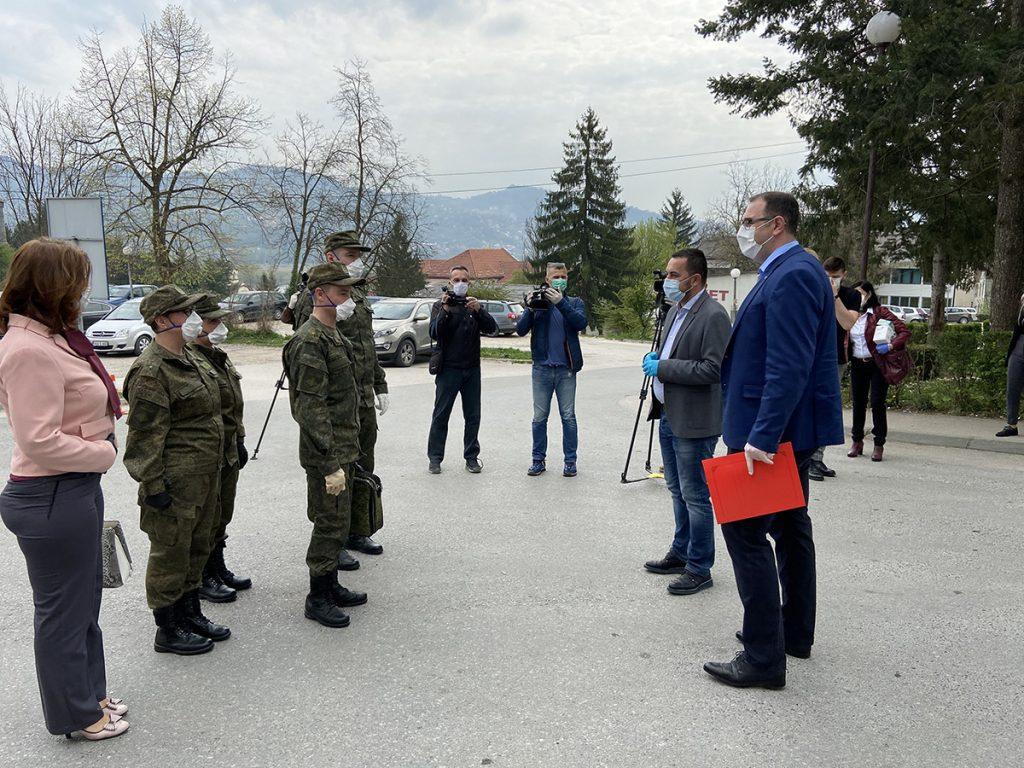 Gradonačelnik Doboja Boris Jerinić i direktor Bolnice Mladen Gajić sa ruskim stručnjacima.