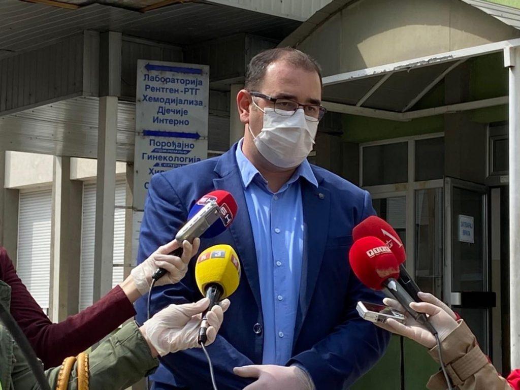 Direktor dobojske bolnice Mladen Gajić daje izjavu medijima.