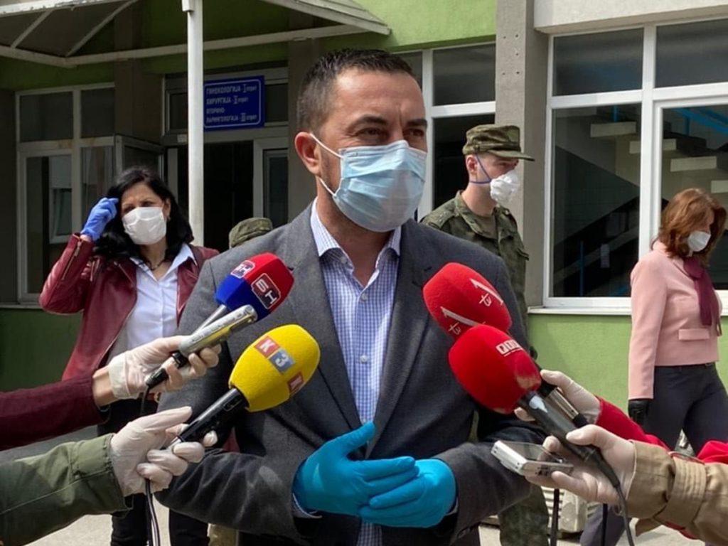 Gradonačelnik Doboja Boris Jerinić daje izjavu novinarima.