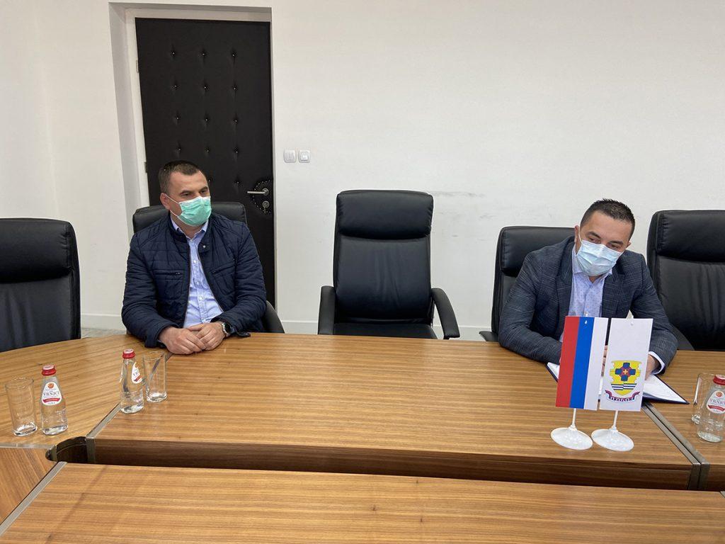 Gradonačelnik Doboja Boris Jerinić i narodni poslanik Danijel Jošić na sastanku u Gradskoj upravi.
